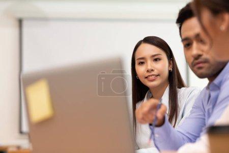 Photo pour Asiatique homme d'affaires et les femmes de réunion et de parler de l'emploi au bureau. - image libre de droit