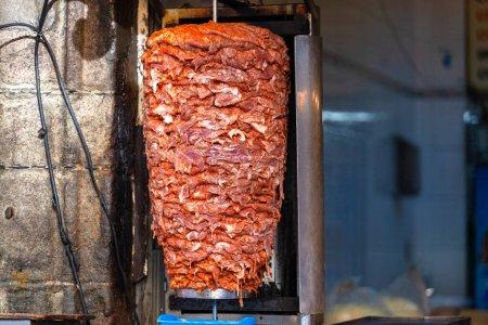 Photo pour Viande de kebab doner épicée non cuite. Nourriture traditionnelle turque - image libre de droit