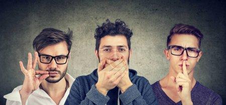 Photo pour Gardez un secret être concept calme. Trois hommes secrets qui se taisent . - image libre de droit