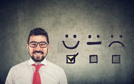 Photo pour Concept d'expérience client. Confiant, homme d'affaires heureux a reçu une note excellente pour un questionnaire de satisfaction - image libre de droit