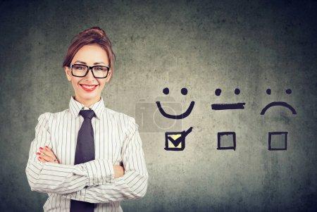 Photo pour Concept d'expérience client. Femme d'affaires heureux confiant a reçu une note excellente pour un questionnaire de satisfaction - image libre de droit