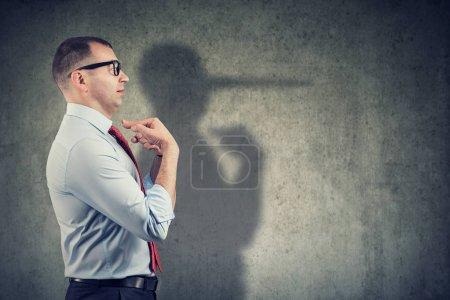 Photo pour Vue latérale d'un homme d'affaires regardant surpris en étant pris sur le mensonge - image libre de droit