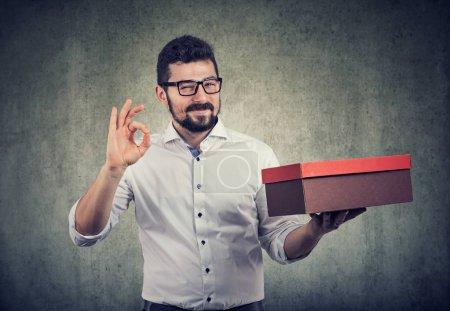 Photo pour Souriant rusé vendeur de publicité de son produit - image libre de droit