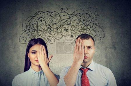Photo pour Couple à moitié bandé les yeux un homme et une femme ayant des problèmes de communication et de partager des pensées anxieuses - image libre de droit
