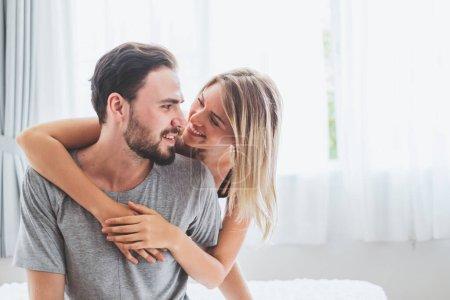 Photo pour Happy couple amoureux sur le lit, câlin et baiser dans le temps romantique, amour et concept passionné. - image libre de droit