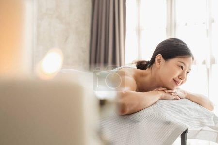 Photo pour Young Asian beauty woman enjoying massage and spa - image libre de droit