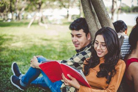 Photo pour Asiatique jeune adolescent étudiant assis dans le parc pour étudier et l'éducation concept - image libre de droit