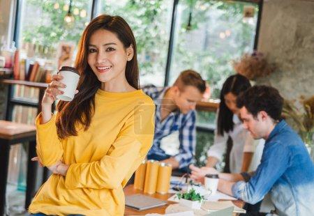 Photo pour Portrait femme d'affaires asiatique sur le groupe de la jeune équipe créative travaillant dans le café - image libre de droit