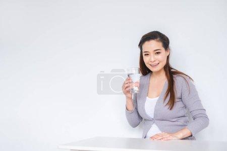Photo pour Jeune femme asiatique boire de l'eau douce pour sain sur fond blanc - image libre de droit