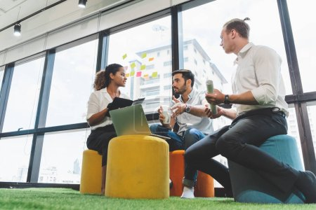 Photo pour Groupe d'entreprise créative réunion de l'équipe de concepteurs et de discuter pour la planification du projet dans le bureau - image libre de droit