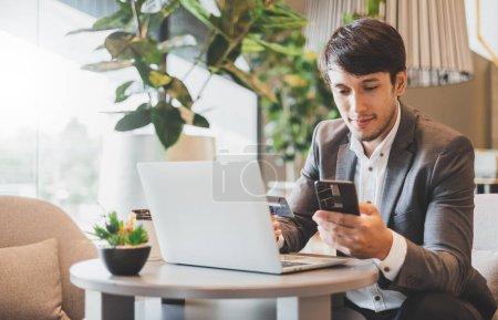 Photo pour Homme d'affaires asiatique utilisant la carte de crédit et le téléphone mobile pour le paiement financier en ligne et les achats - image libre de droit