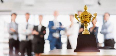 Photo pour Groupe de gens d'affaires asiatiques célèbrent pour trophée, récompense, gagnant, champion et travail d'équipe concept réussi - image libre de droit