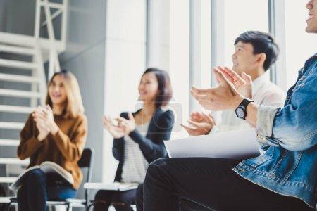 Photo pour Les jeunes gens d'affaires applaudissent pendant la réunion au bureau pour leur succès dans le travail d'affaires - image libre de droit