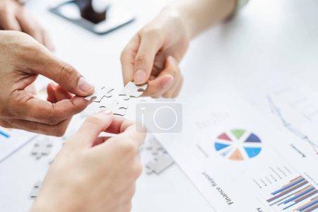 Photo pour Main homme d'affaires tenant puzzle jizzaw pour connexion équipe travailler ensemble concept - image libre de droit