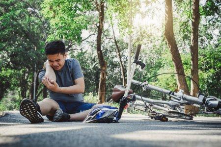 Photo pour Blessure de garçon fait mal de tomber vélo, blessé aux bras, douleur mal de concept d'entraînement - image libre de droit