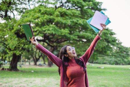 Photo pour Portrait asiatique jeune adolescent étudiant debout dans parc pour étudier et éducation concept - image libre de droit