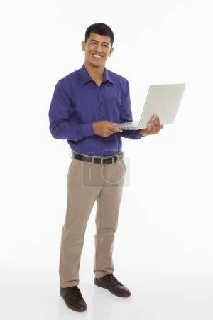 Photo pour Homme d'affaires utilisant un ordinateur portable - image libre de droit