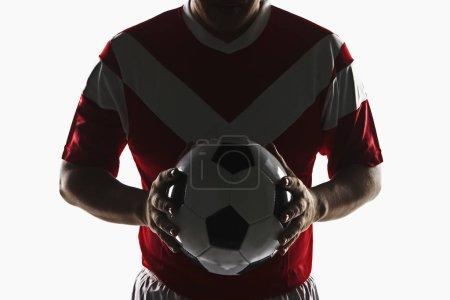 Photo pour Un joueur de football tenant un ballon de football - image libre de droit