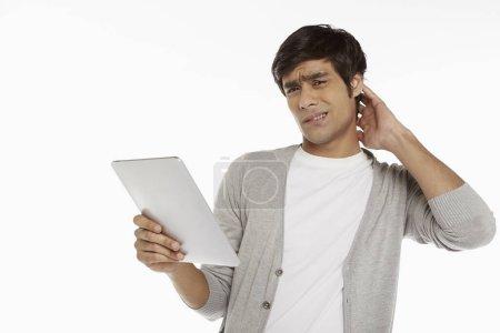 Photo pour Homme regardant tablette numérique - image libre de droit