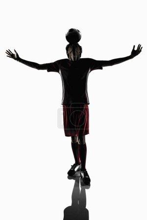 Photo pour Un joueur de football équilibrant le ballon de football sur sa tête - image libre de droit