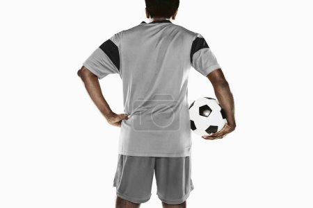 Photo pour Un footballeur tenant un ballon - image libre de droit
