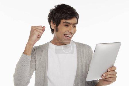Photo pour Homme tenant tablette numérique, acclamations - image libre de droit