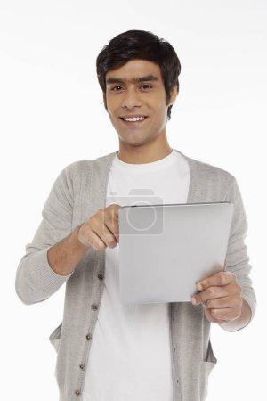 Photo pour Homme utilisant une tablette numérique - image libre de droit