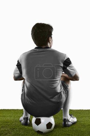 Photo pour Un footballeur accroupi - image libre de droit