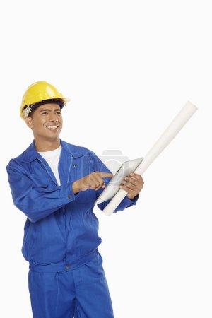 Photo pour Travailleur de la construction utilisant une tablette numérique - image libre de droit
