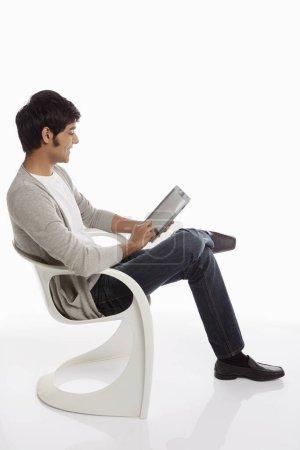 Photo pour Homme joyeux en utilisant une tablette numérique - image libre de droit