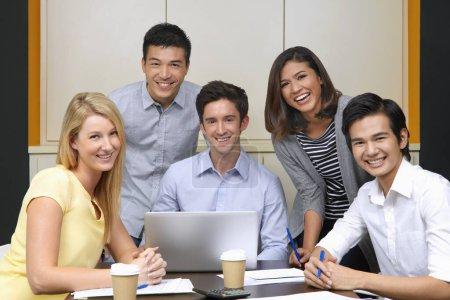 Photo pour Les gens d'affaires souriant à la caméra - image libre de droit