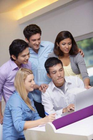 Photo pour Les gens d'affaires travaillant sur l'ordinateur portable ensemble - image libre de droit