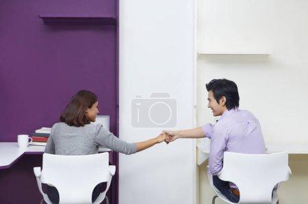 Photo pour Homme d'affaires et femme d'affaires serrant la main - image libre de droit