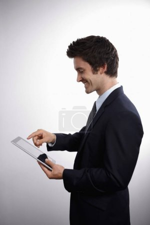 Photo pour Homme d'affaires utilisant la tablette numérique - image libre de droit