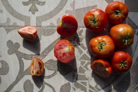 Photo pour Tomates fraîches sur table de cuisine carrelée grise. Photo de vue du dessus de légumes frais. - image libre de droit