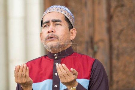 Photo pour Moyen Age musulman priant à la mosquée . - image libre de droit