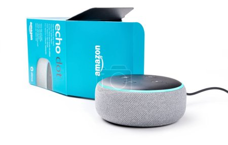 Foto de Amazon Echo punto con Alexa aplicación aislada sobre fondo blanco. - Imagen libre de derechos