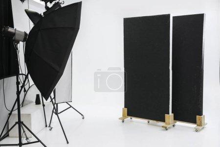 Photo pour Studio photo vide avec équipement d'éclairage professionnel. intérieur - image libre de droit