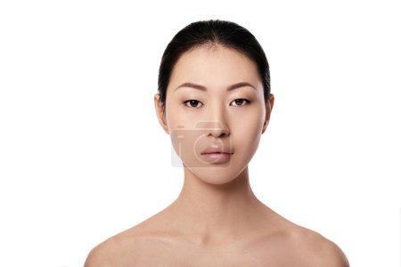 Photo pour Portrait de spa de belle jeune femme asiatique sur fond blanc closeup. fille avec une peau propre - image libre de droit