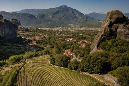 Photo pour Paysage avec des monastères et des formations rocheuses à Meteora, Grèce . - image libre de droit