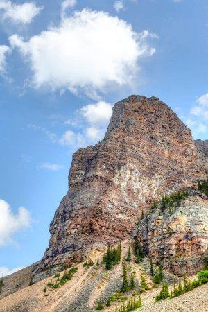 Photo pour L'imposant mont Babel près de Lake Louise, en Alberta, au Canada. Surnommé la Tour de Babel, il a une altitude de 2 360 mètres ou 7 743 pieds et est l'un des endroits de randonnée populaires à l'intérieur du parc national Banff. . - image libre de droit