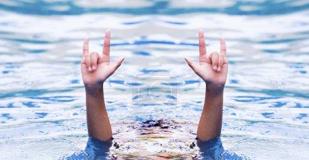Photo pour Main de jeune fille monter de l'eau - image libre de droit