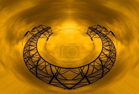 Photo pour Concept de puissance énergétique: pylônes de haute tension avec fond de nuages et soleil. - image libre de droit