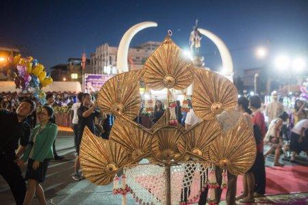 Photo pour Dcoration d'un groupe de danse thaï traditionnel au festival traditionnel Elephant Round Up dans la ville de Surin à Isan en Thaïlande. Thaïlande, Isan, Surin, novembre 2017 - image libre de droit