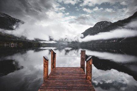 Photo pour Vue imprenable sur les Alpes autrichiennes Montagnes avec brouillard et reflet dans le lac - image libre de droit