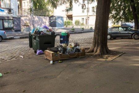 Photo pour Pile d'ordures avec des sacs à ordures remplis de poubelles dans la rue de la ville. De nombreux sacs en plastique ménagers en face de la maison. Déchets plastiques de pollution de l'environnement - image libre de droit