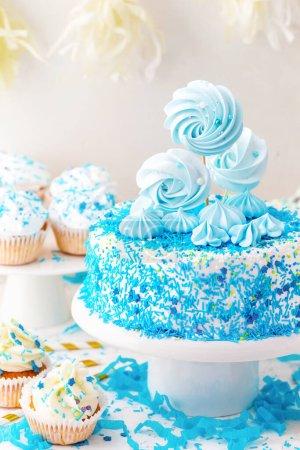 Photo pour Gâteau savoureux avec glaçage bleu sur la table - image libre de droit