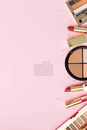 Photo pour Ensemble de produits cosmétiques sur fond rose - image libre de droit