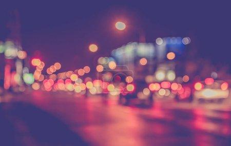 Image floue abstraite de Night light bokeh dans la rue pour une utilisation en arrière-plan. (ton vintage)