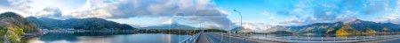 Photo pour Image panoramique du mont Fuji et de la jetée du lac, Kawaguchi avec le pont Kawaguchiko Ohashi le matin. - image libre de droit